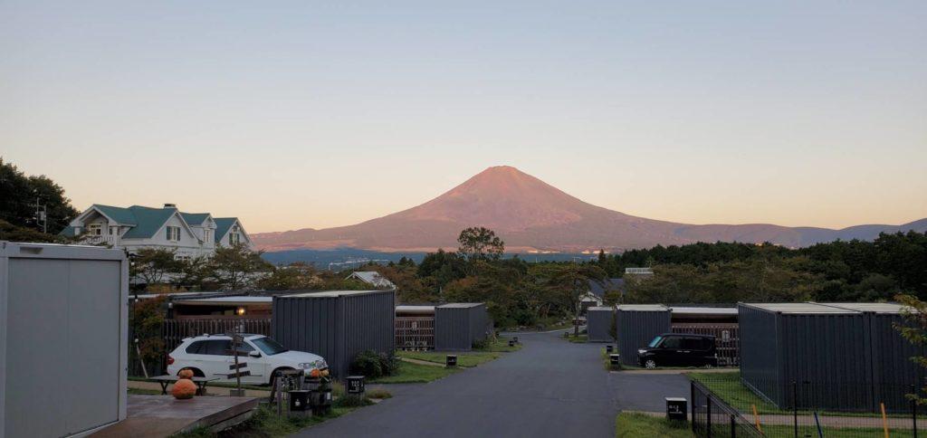 朝焼けの富士山。美しいです。