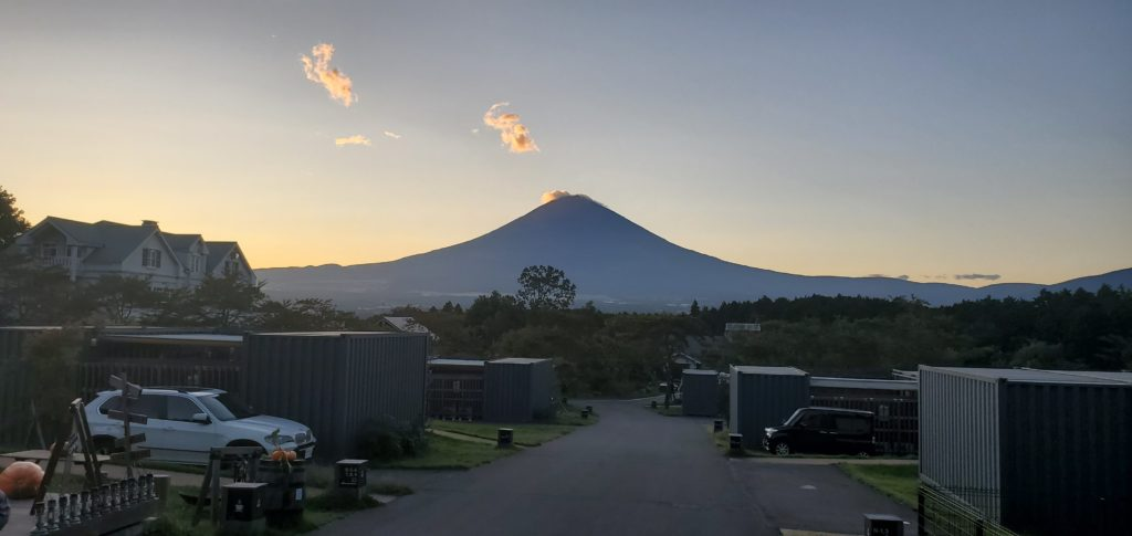 夕方の富士山。幻想的です。