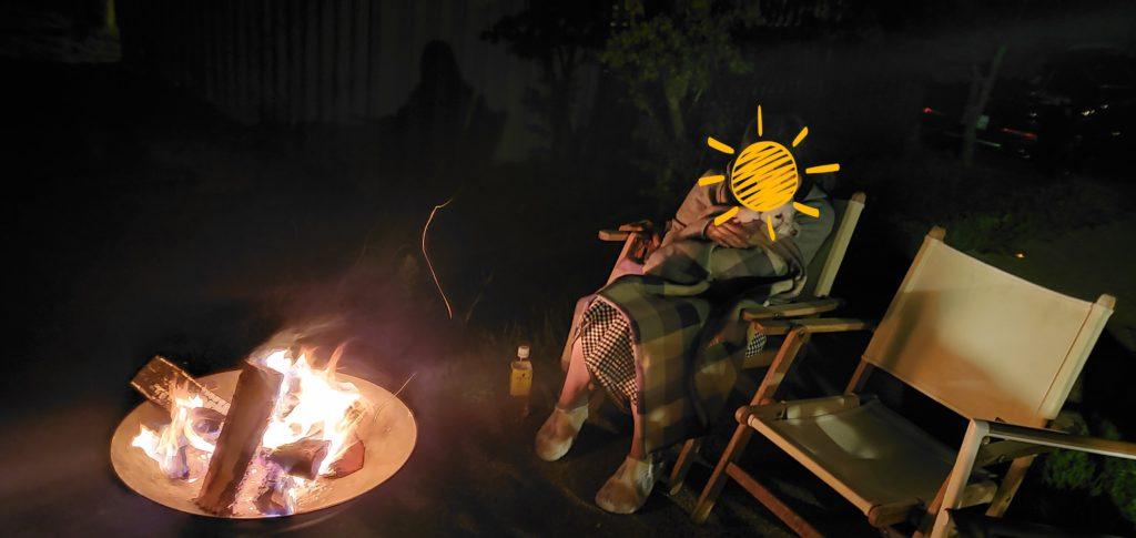 食後に焚火でのんびりしています。
