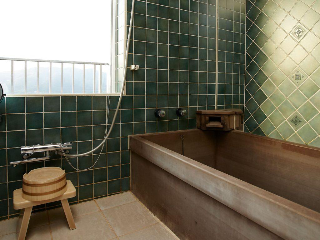 箱根「凛香」の客室内風呂。檜の作りです。