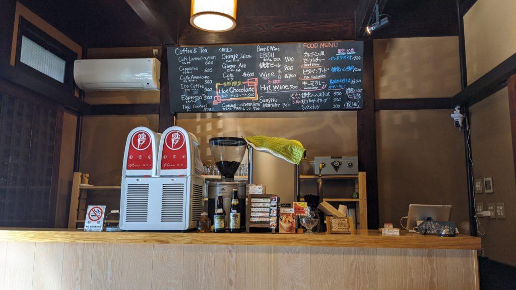 狸穴カフェのカウンター