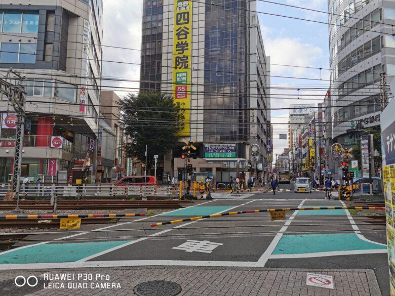 町田駅北口を出てすぐの踏切の写真