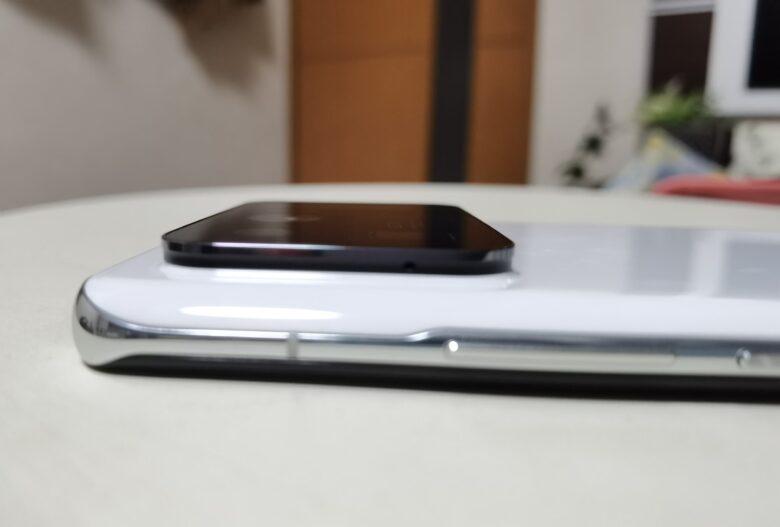 Xiaomi Mi11 Ultraのカメラ部のクローズアップ。出っ張ってます。