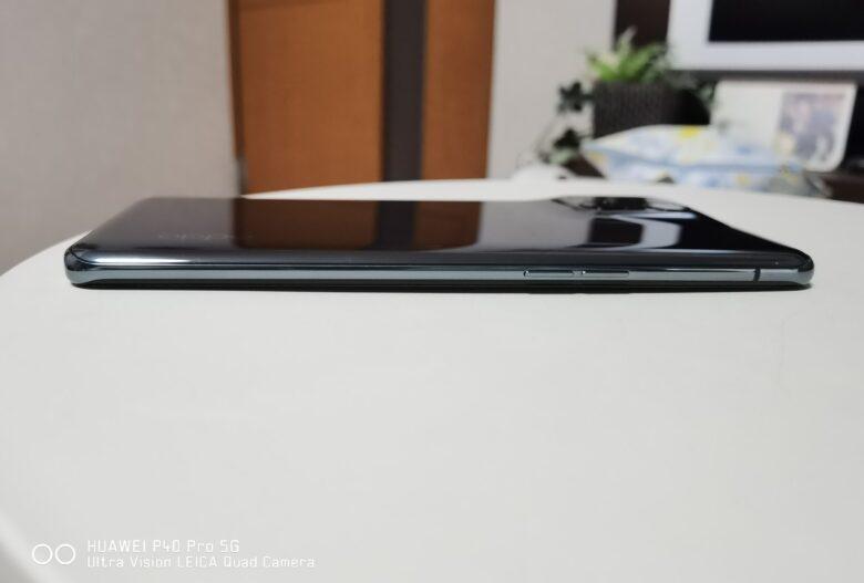 OPPO Find X3 Proの開封画像です。カメラ部分の出っ張りは少ないです。