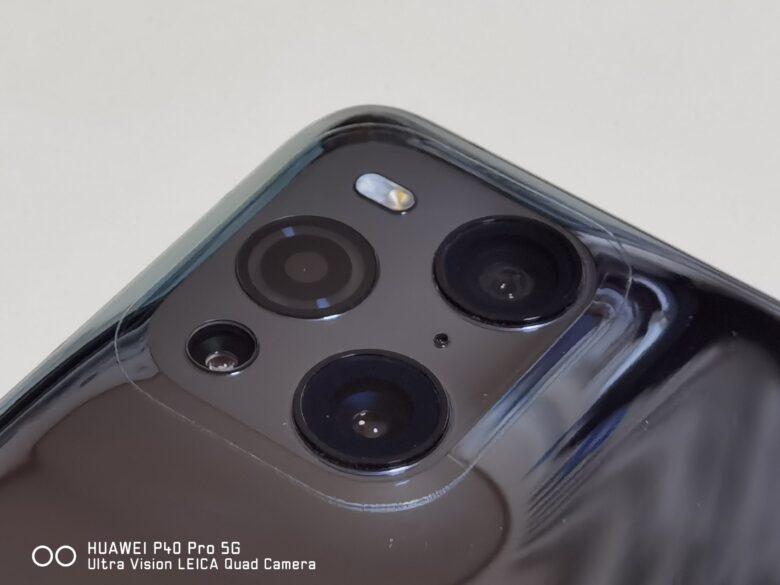 ハイドロゲルフィルムを貼り付けたOPPO Find X3 Proのカメラ部分の写真です。