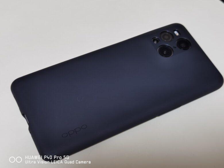 OPPO Find X3 Proに付属している純正ケースを装着した写真。
