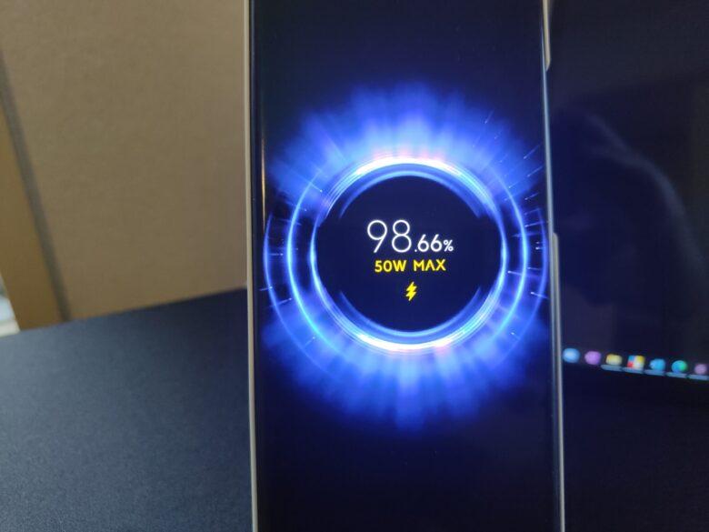 Xiaomi 80Wワイヤレス充電器でMi11 Ultraを充電中の写真です。50Wまで。