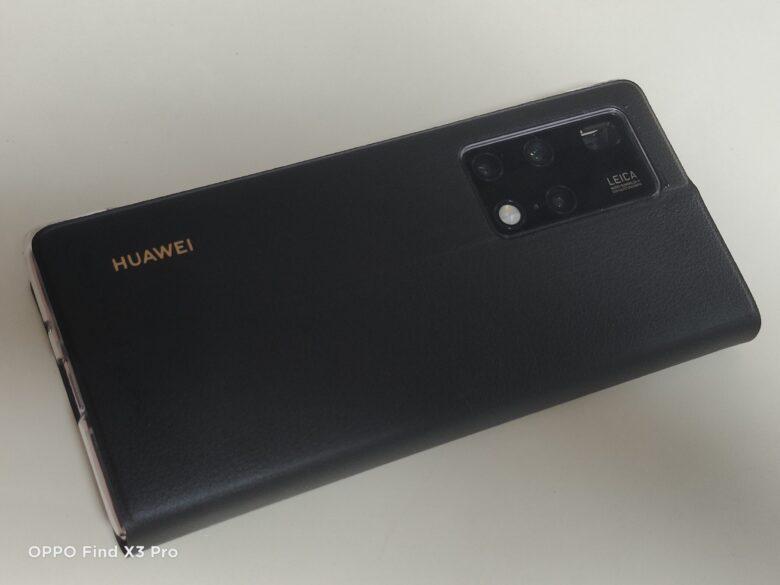 HUAWEI Mate X2の純正手帳型カバーを本体に装着した写真。背面から。