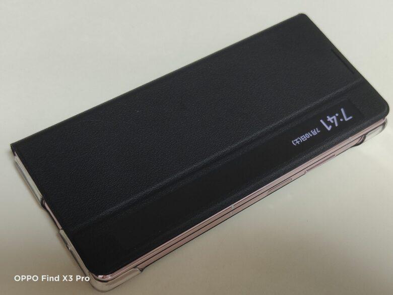 HUAWEI Mate X2の純正手帳型カバーを本体に装着した写真。正面から。