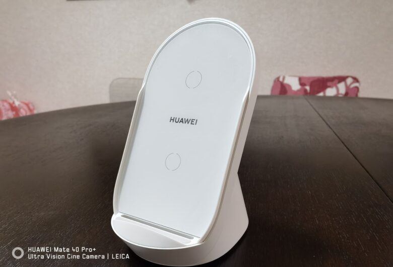 HUAWEI ワイヤレス充電器の斜めからの写真です。