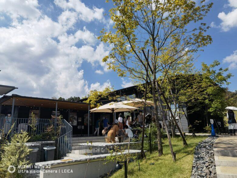 薬師池公園にあるカフェ、44APARTMENT薬師池店の外観写真。